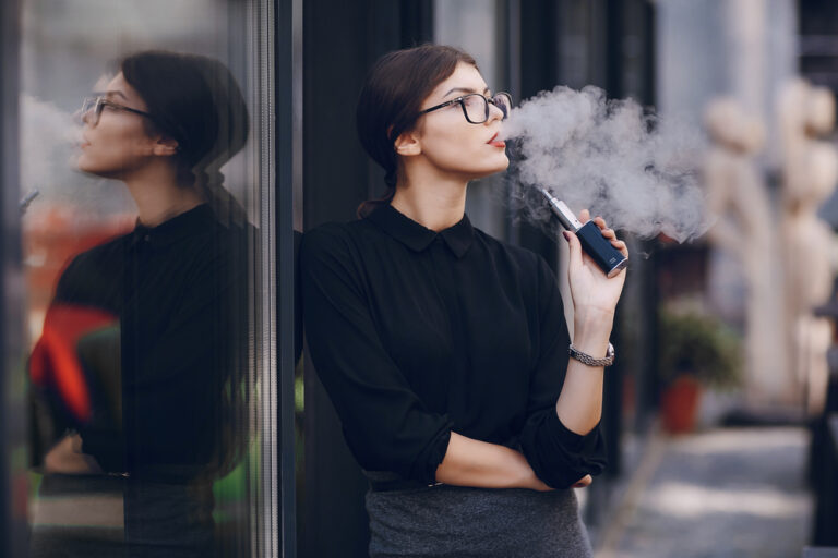 VAPEを吸う女性