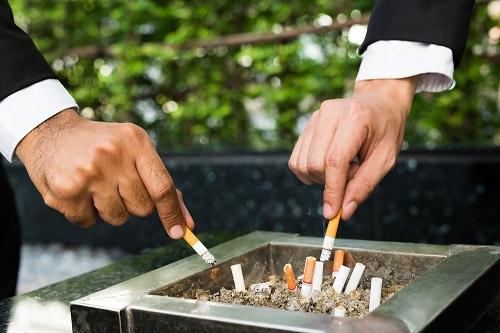 煙草の火を消す人たち